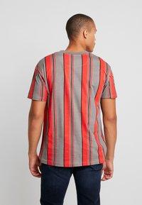 Night Addict - T-shirt print - red/grey/white stripe - 2