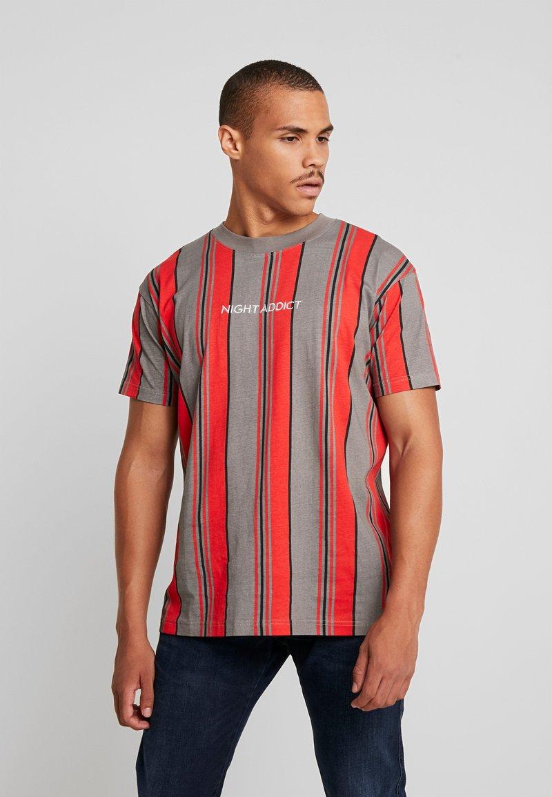 Night Addict - T-shirt print - red/grey/white stripe