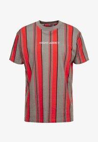 Night Addict - T-shirt print - red/grey/white stripe - 3