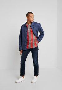 Night Addict - T-shirt print - red/grey/white stripe - 1