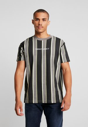 T-shirt print - grey/ green/ black stripe