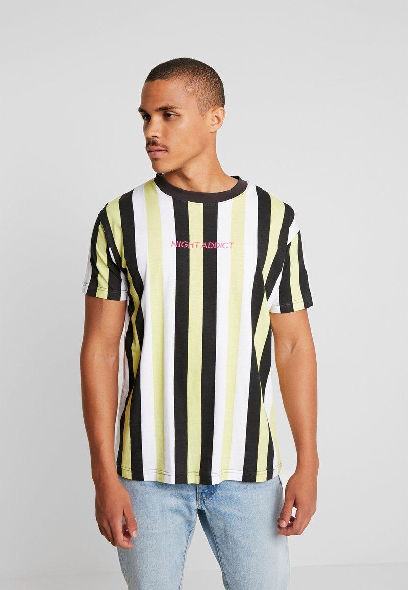 Night Addict - Print T-shirt - green/black/ white stripe