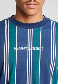 Night Addict - T-shirts med print - navy/ white stripe - 4