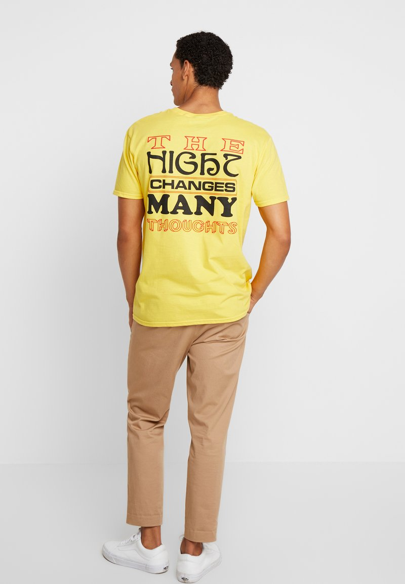 Night Addict - NIGHT CHANGES - Print T-shirt - yellow