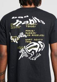 Night Addict - WARPED ADDICT - T-shirt con stampa - black - 5