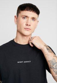Night Addict - NEVER - Camiseta estampada - black - 5