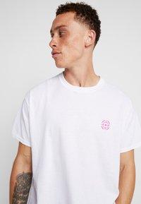 Night Addict - TARGET - T-shirt con stampa - white - 3