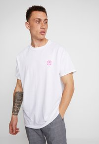 Night Addict - TARGET - T-shirt con stampa - white - 2
