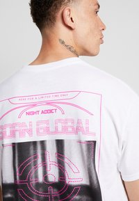 Night Addict - TARGET - T-shirt con stampa - white - 5