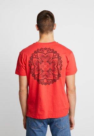 BRUNO - T-shirt med print - red/black