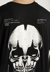 Night Addict - SKULL - Print T-shirt - black - 4