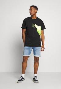 Night Addict - PLAYLIST - Print T-shirt - black - 1