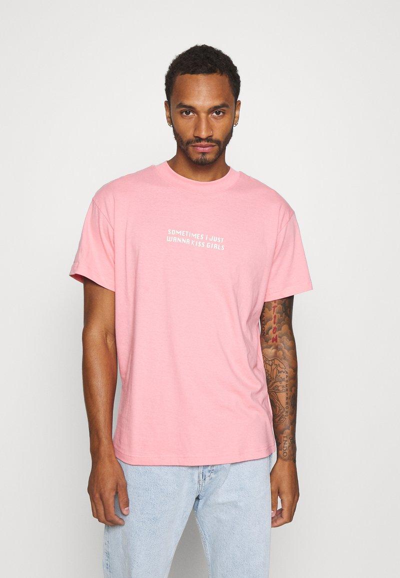 Night Addict - KISS - Print T-shirt - pink