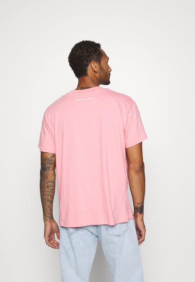KISS - T-Shirt print - pink