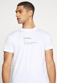 Night Addict - FOMO - Print T-shirt - white - 3