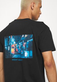 Night Addict - JAPNEON - Print T-shirt - black - 3