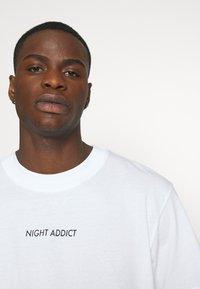 Night Addict - Triko spotiskem - white - 4