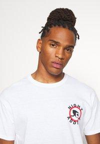 Night Addict - Print T-shirt - white - 3