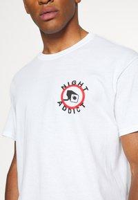 Night Addict - Print T-shirt - white - 5