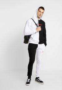 Night Addict - Jersey con capucha - black/white - 1