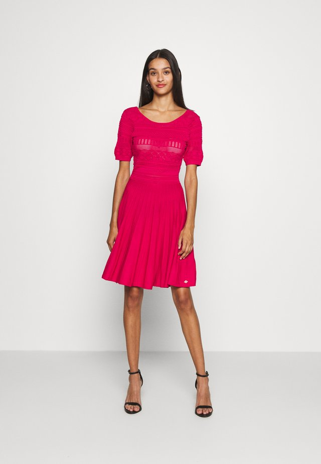 JAELLE DRESS - Strikket kjole - fuchsia