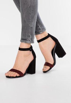 RICHES - Sandaler med høye hæler - red