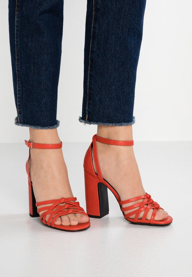 TWEEST - Sandalen met hoge hak - burnt orange