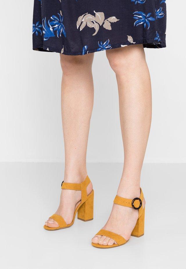 TURTLE - Sandalen met hoge hak - dark yellow