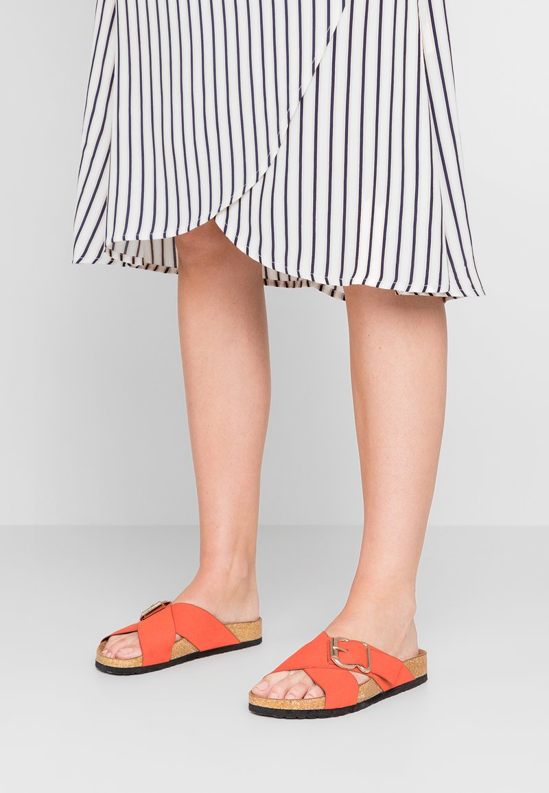 New Look - FLAMENCO - Pantolette flach - burnt orange