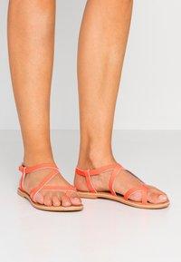 New Look - HAMMOCK - Sandály s odděleným palcem - coral - 0