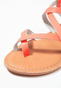 New Look - HAMMOCK - Sandály s odděleným palcem - coral - 2