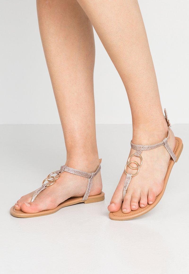 New Look - HOOPY - Sandalias de dedo - gold