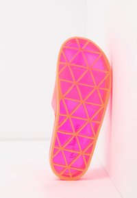 New Look - FLIPPER - Sandály do bazénu - coral - 6