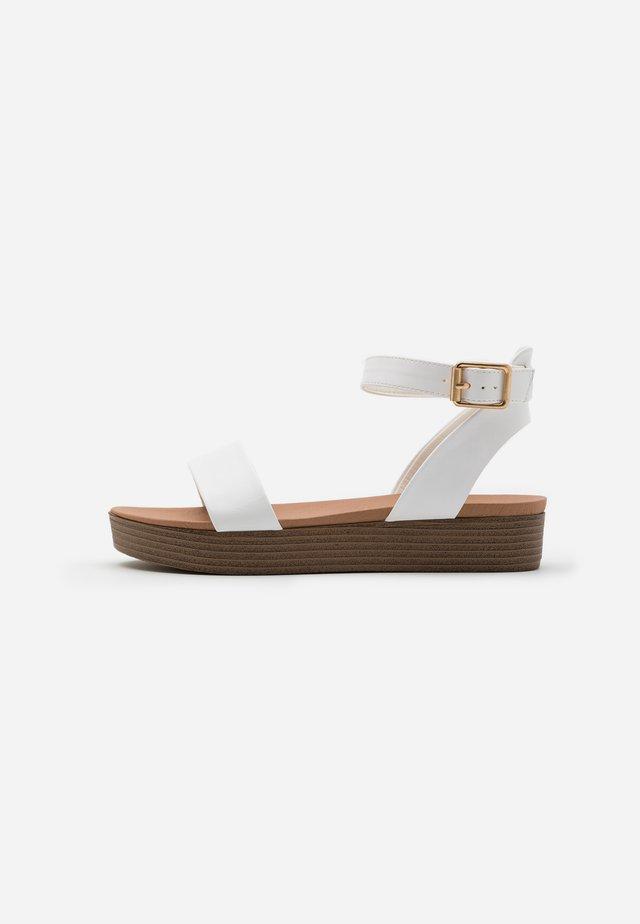 GENIUS - Sandales à plateforme - white
