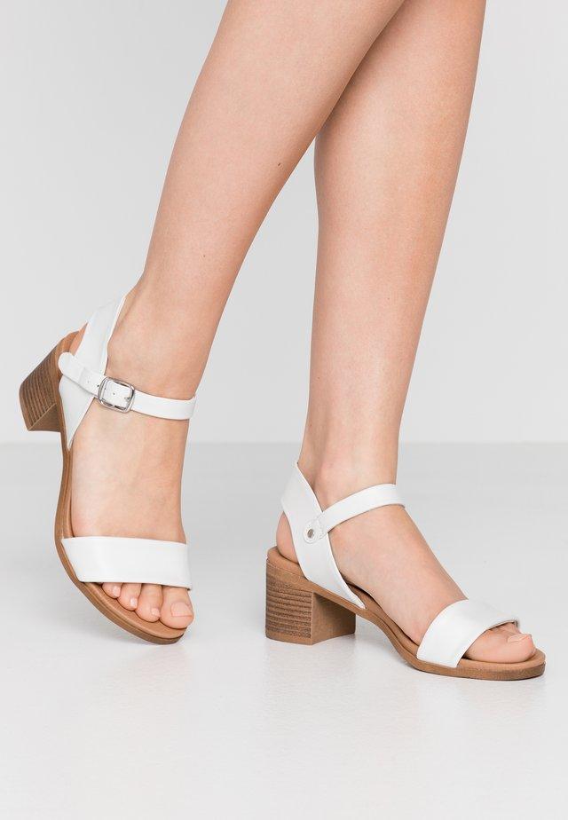 PLATYPUS - Sandalen - white