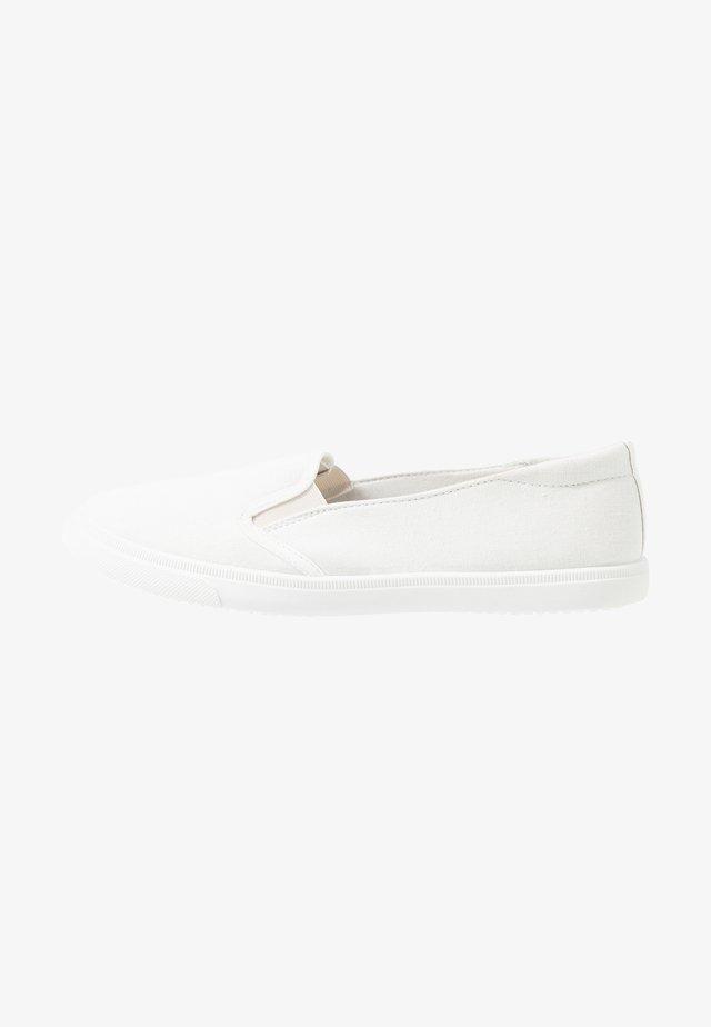 MAISIE - Loaferit/pistokkaat - white