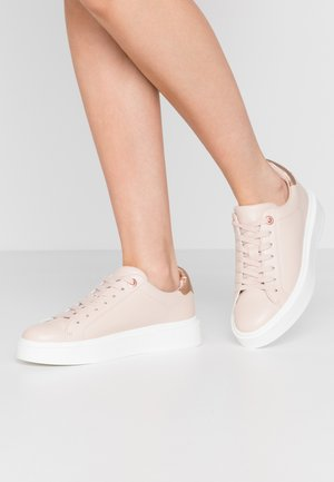 MODEL - Trainers - oatmeal