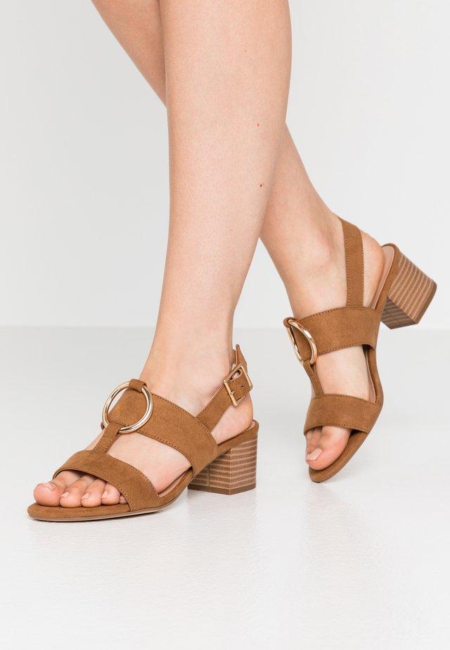 PEBEL HARDWARE SLING BACK BLOCK HEEL  - Sandals - tan