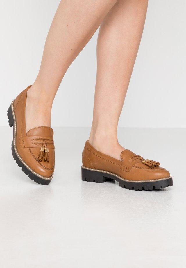 LORENZO CHUNKY LOAFER - Slippers - tan