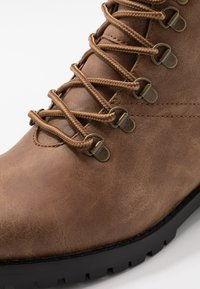 New Look - MIKE HIKER BOOT - Lace-up ankle boots - tan - 5