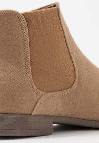 New Look - FRANCIS CHELSEA BOOT - Bottines - stone - 5