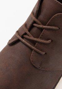 New Look - GOBI - Šněrovací kotníkové boty - dark brown - 5