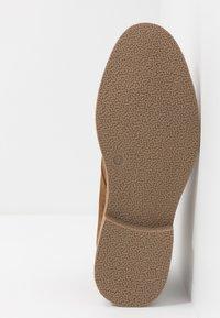 New Look - ALBERT DESERT BOOT - Volnočasové šněrovací boty - tan - 4