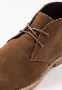 New Look - ALBERT DESERT BOOT - Volnočasové šněrovací boty - tan - 5