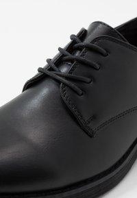New Look - FOSTER HEAVY DERBY - Elegantní šněrovací boty - black - 5