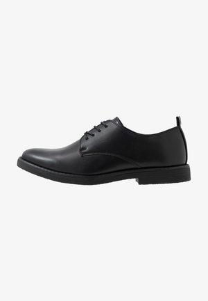 FOSTER HEAVY DERBY - Elegantní šněrovací boty - black