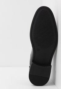 New Look - CHARLIE BROGUE - Elegantní šněrovací boty - black - 4