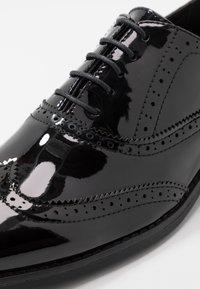 New Look - CHARLIE BROGUE - Elegantní šněrovací boty - black - 5