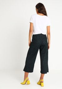 New Look - DARCY ANIMAL CROP - Bukse - green - 2