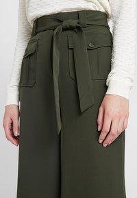 New Look - UTILITY POCKET TIE WAIST CROP - Trousers - dark green - 4